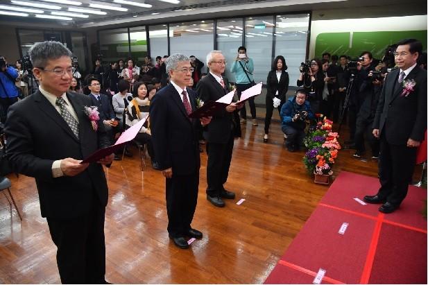 嘉義大學校長艾群(左3)、台北科技大學校長王錫福(左2)、高雄科技大學校長楊慶煜(左)等人今就任,教育部長潘文忠監交(右)。中央社