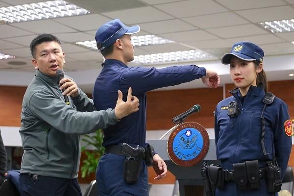 警政署2日公布新式警察制服樣式,員警穿著新式制服亮相