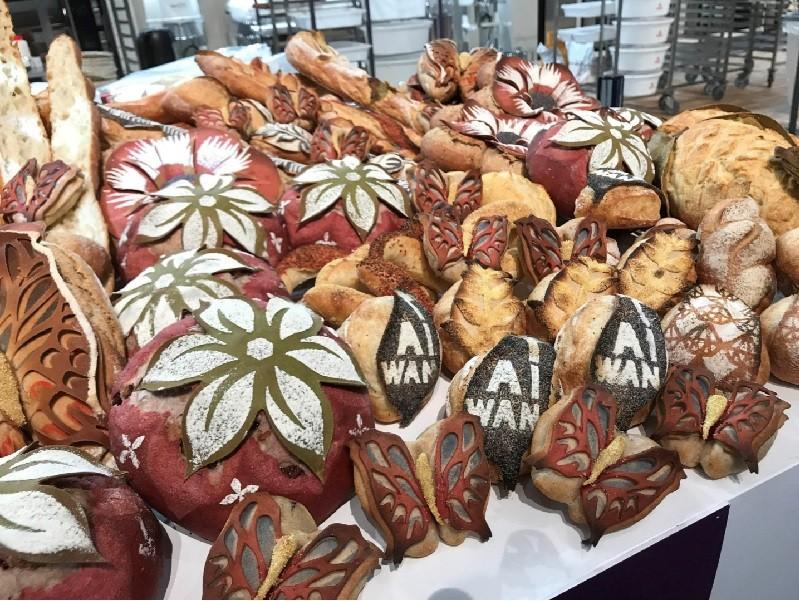 謝忠祐參加營養麵包項目的競賽,做出細緻的蝴蝶麵包,以及具台灣特色的草莓麵包等。中央社