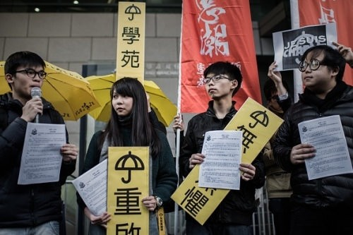 周庭(左二)與其他學運夥伴組成新政黨「香港眾志」。(圖片來源:Flickr)