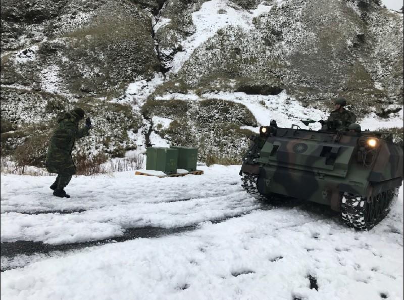 圖為運兵車進駐武嶺。中央社