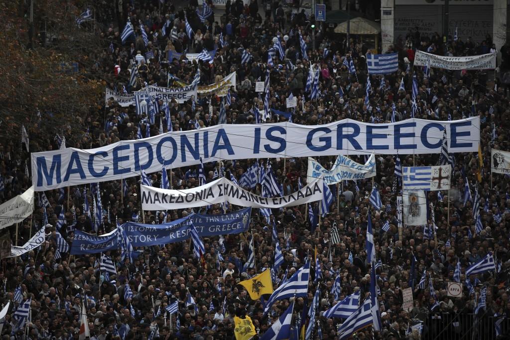 希臘抗議民衆拉起寫著「馬其頓屬於希臘」的布條(圖片來源:美聯社)