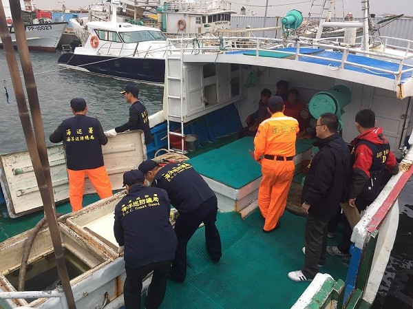 Officers boarding the Sheng Li Man