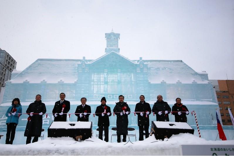 北海道札幌雪祭5日盛大開幕,駐日代表謝長廷(中)出席台灣展區剪綵,今年推出的是「舊台中車站」冰雕。中央社