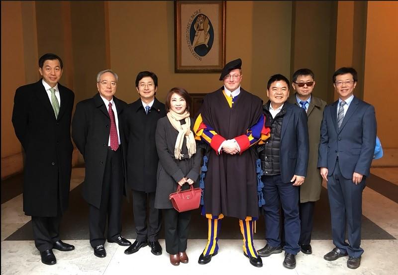 圖為民進黨立委5日組團拜會教廷國務院、會後合影。左2為駐教廷大使李世明、左3為立委蔡適應。中央社