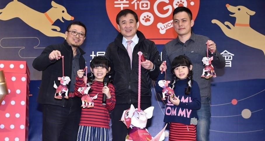 Taipei Deputy Mayor Chen Chin-chun (center) unveils the mini lantern for the upcoming lantern festival (photo from Taipei Department of Information an...