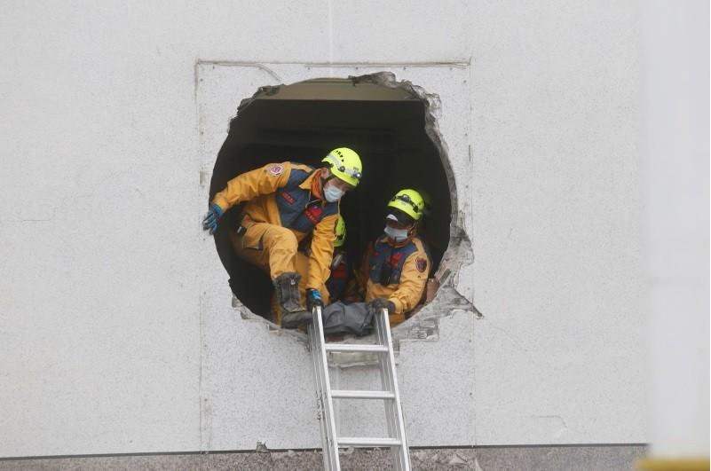 花蓮統帥大飯店,仍有櫃台人員受困,救難人員7日持續搜救。中央社