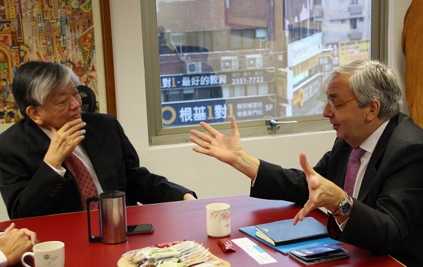 AIB CEO Simon Spanswick, right, and Taiwan News Publisher Luis Ko, left