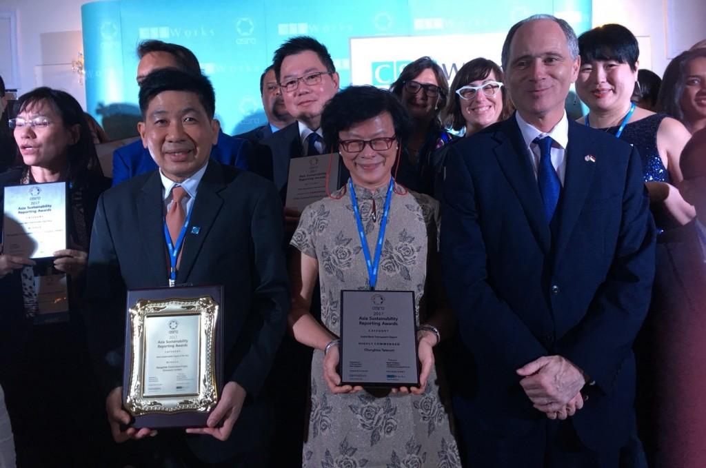 中華電信新加坡子公司焦正總經理(右起第四位)代表出席受獎。(照片由中華電信提供)