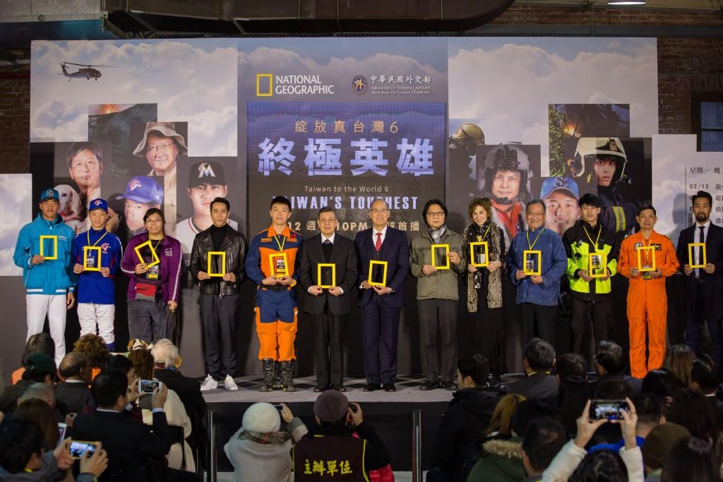 照片左起:副總統陳建仁、外交部長李大維、內政部長葉俊榮與紀錄片的英雄主角們合影。(照片由外交部提供)