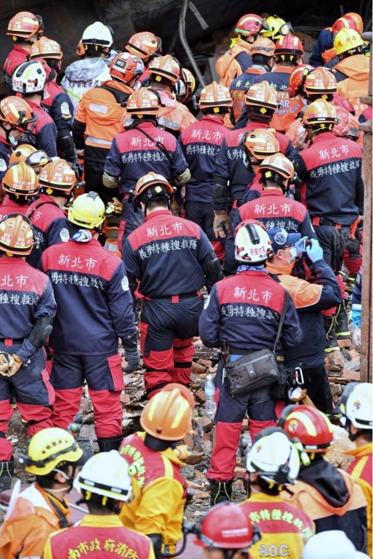 因地震傾斜塌陷的花蓮雲門翠堤大樓,搶救進入第二天,8日上午大批救難人員,準備進入現場救災。中央社