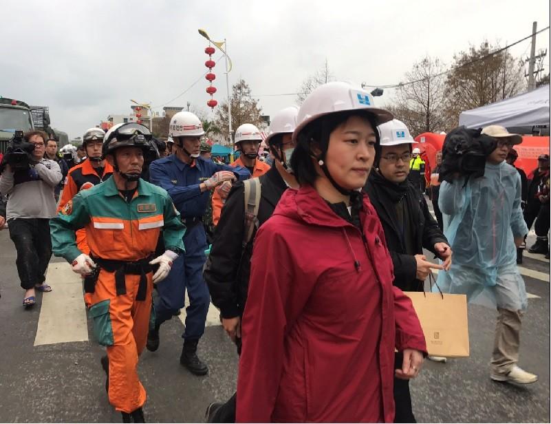花蓮強震釀災,日本政府派遣7人組成的專家小組來台,8日下午前往雲門翠堤大樓搜救現場,協助救災作業。中央社