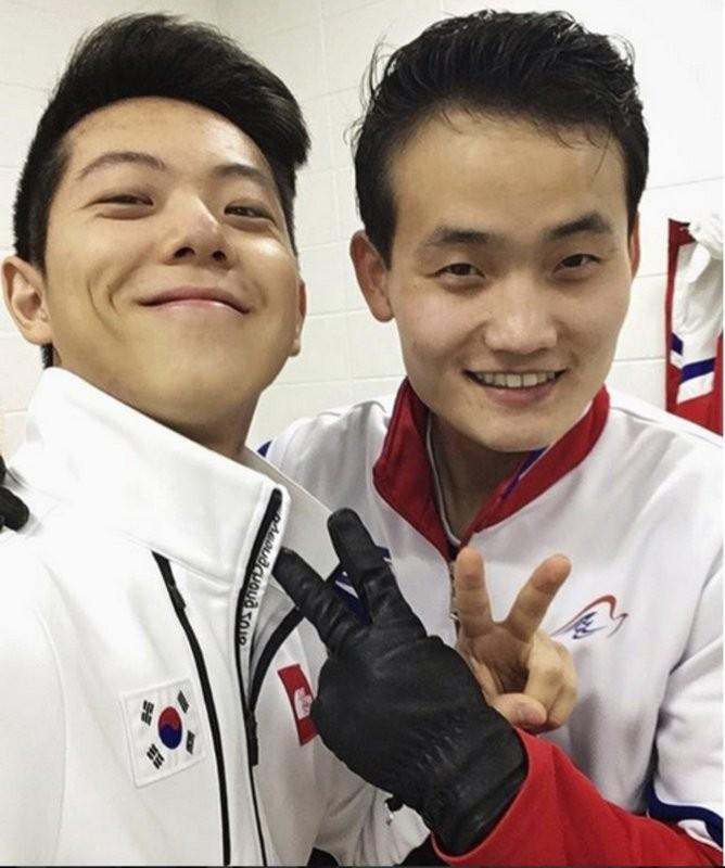 南北韓的男子滑冰選手自拍合照,笑容燦爛,猶如一道和煦的陽光灑在朝鮮半島上。 (美聯社)