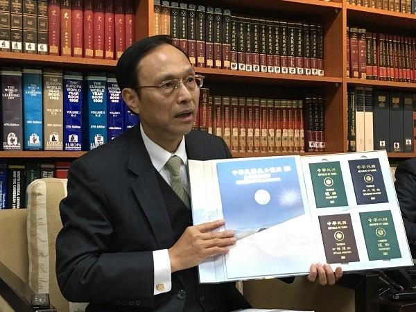 外交部領事事務局長陳俊賢8日在外交部例行新聞說明會表示,二代晶片護照新增多樣防偽設計,不僅讓犯罪集團難以偽造,也受到美國、歐盟肯定;使用貼