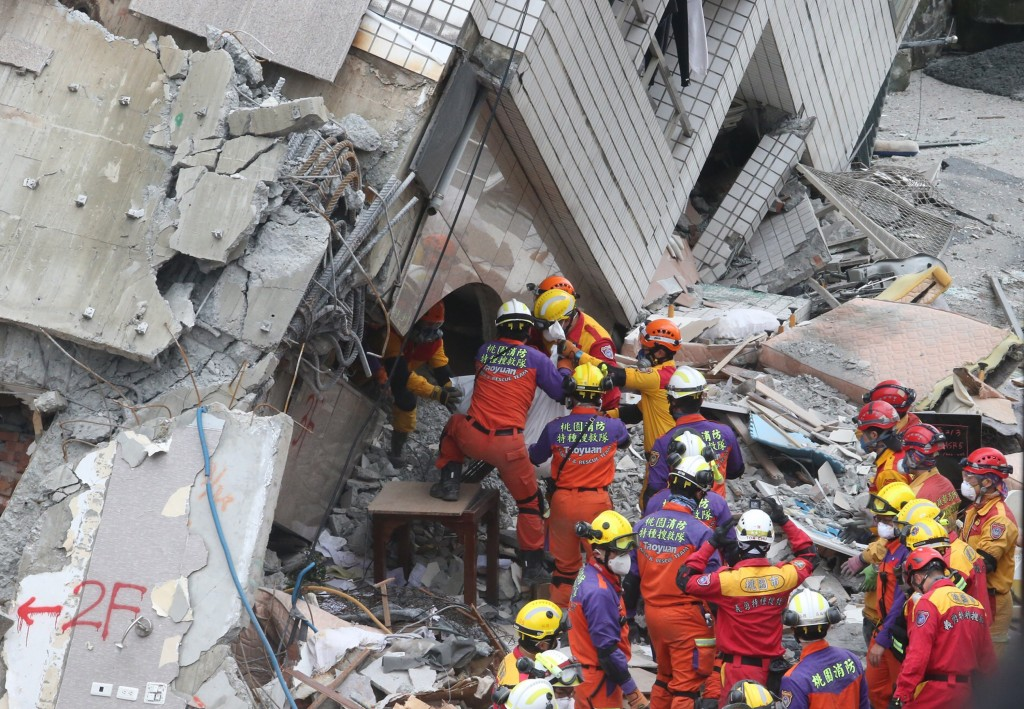 雲門翠堤大樓搜救現場9日發現加拿大籍港 裔夫妻,但已無生命跡象,確定罹難,下午3時許搜救人員合力先將其中一人遺體送出大樓外。