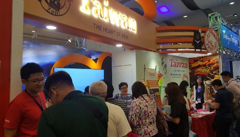 台灣觀光局參加在馬尼拉舉行的菲律賓旅遊展,吸引大批民眾駐足洽詢。中央社