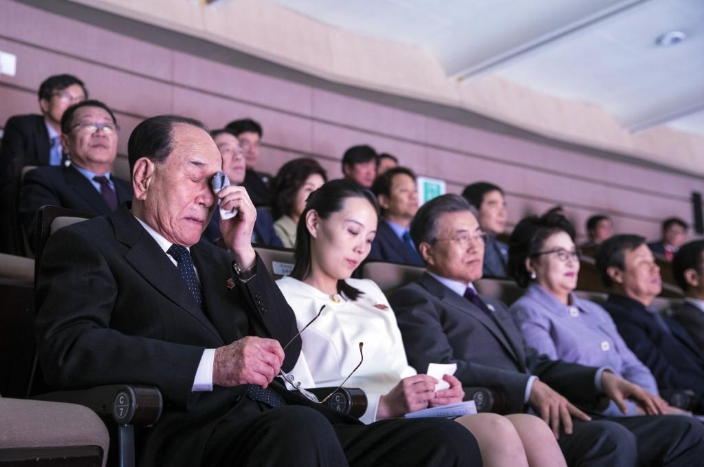 文在寅(左三)、金與正(左二)和金永南(左一)一同觀賞北韓樂團演奏(圖片來源:美聯社)