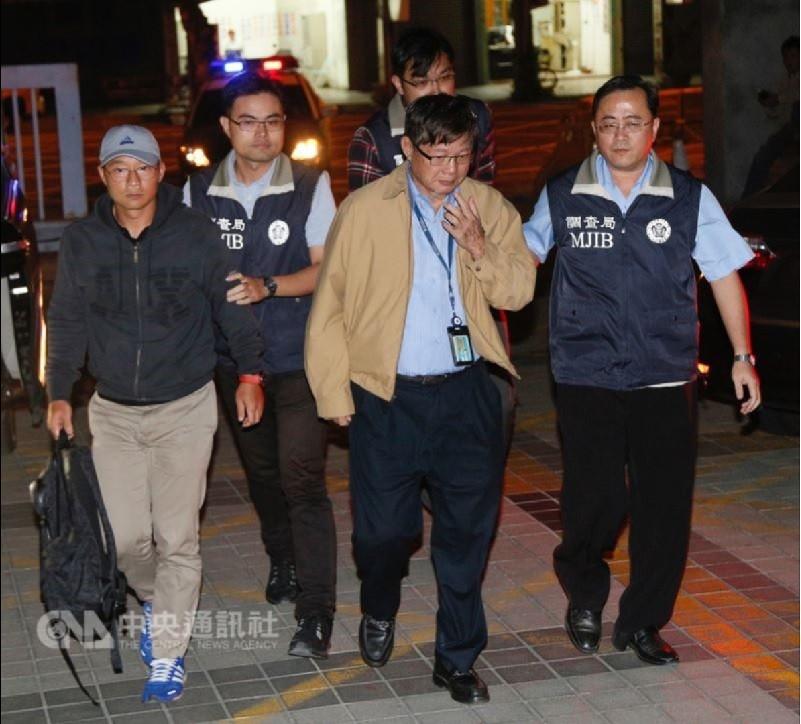 慶富公司涉詐貸等案12日偵結,檢方依多項罪嫌起訴慶富董事長陳慶男(右2)、副董事長陳偉志(左)父子,分別求刑30年與25年。