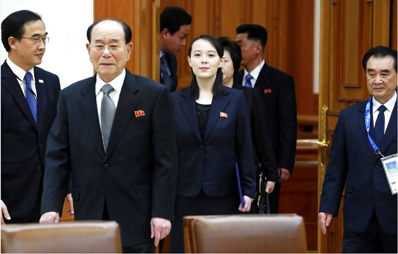 圖為10日北韓代表進入青瓦台會場,圖中左二為金永南,左三即金正恩胞妹金與正。美聯社