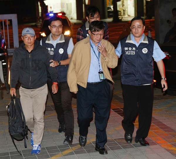 Chen Ching-nan and his son being escorted from the Kaohsiung District Courthouse Feb. 12.