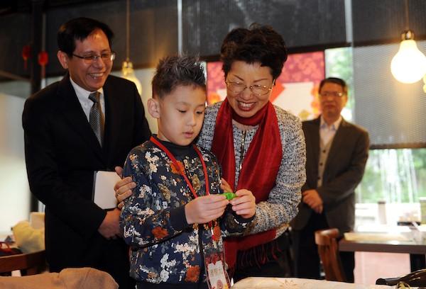 陸委會主委張小月出席兩岸婚姻家庭親子活動,與小朋友互動(照片來源:陸委會提供)