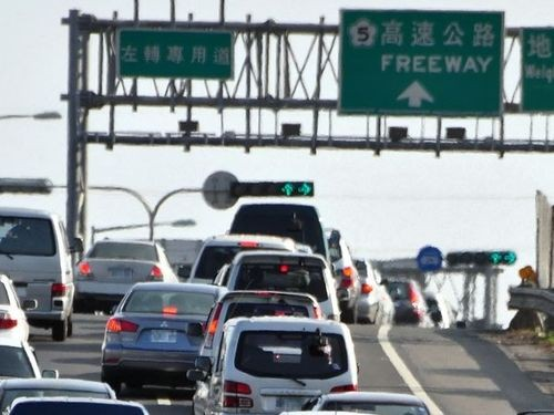 Sunday afternoon saw intensive holiday traffic on Taiwan's main roads.