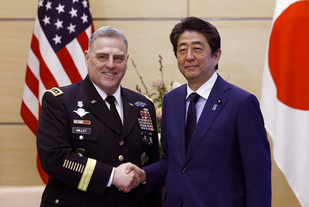 日本首相安倍晉三(右)和美國陸軍參謀長馬克·米萊(左)(圖片來源:美聯社)
