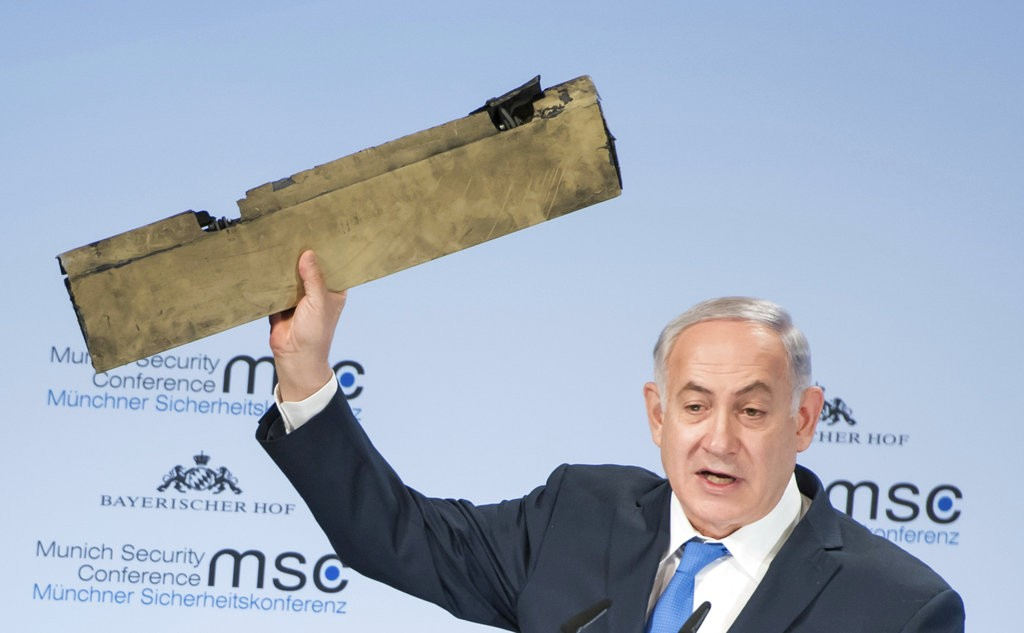 納坦尼雅胡拿著伊朗無人飛行機的殘骸(圖片來源:美聯社)