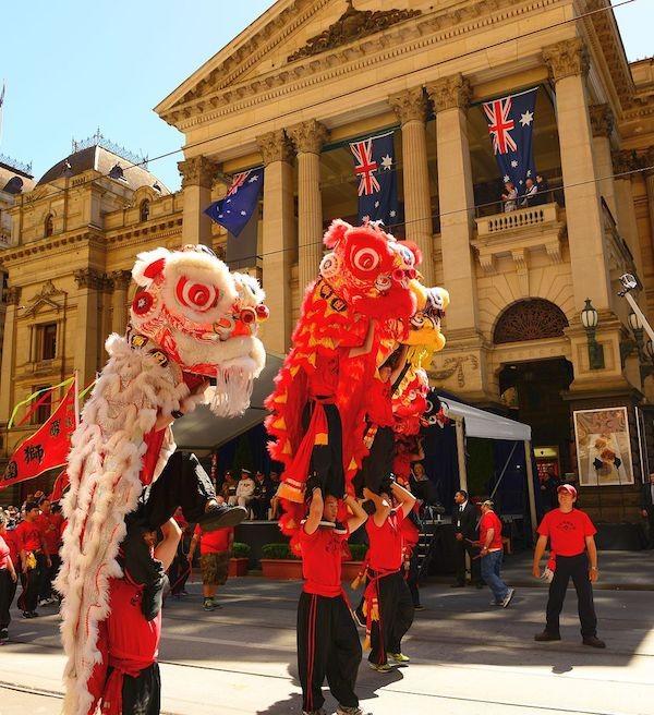 華人在澳洲表演舞獅(照片來源:Wikimedia Commons)