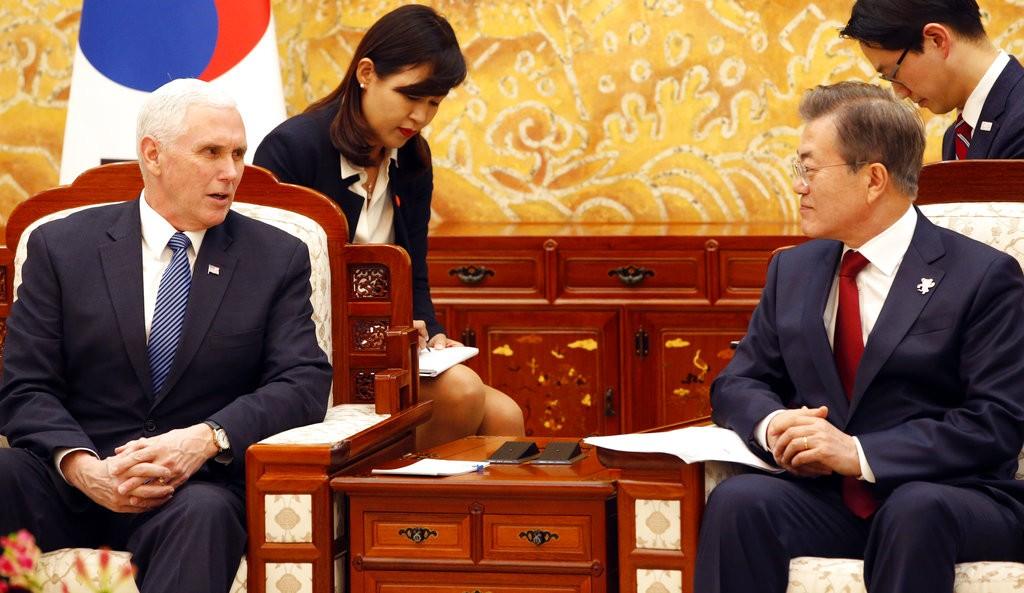 南韓總統文在寅(右)和美國副總統彭斯(左)(圖片來源:美聯社)