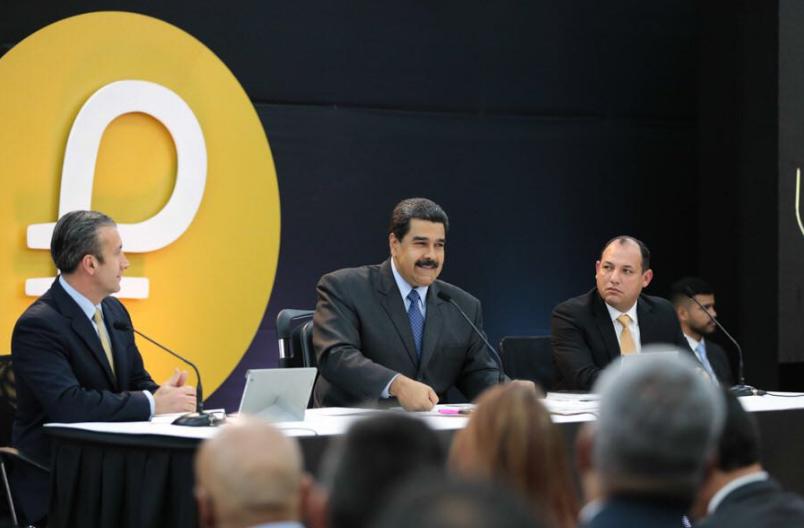 委内瑞拉總統馬杜洛(中)。後方圖樣為Petro圖案(圖片來源:馬杜洛推特)