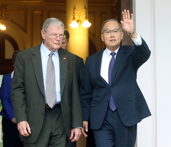 U.S. Senator James Inhofe (left) and Taiwan's Foreign Minster David Lee