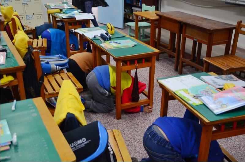 圖為桃園市教育局在昨天21日開學首日,啟動防災演練教育計劃。中央社