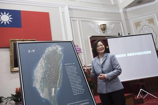 總統蔡英文接見福爾摩沙衛星五號研發團隊,並與福衛計畫首次拍攝的全島照片合影(照片來源:總統府提供)