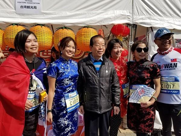 日本一年一度的東京馬拉松大賽25日登場,主辦單位今天舉行前日祭,有台灣跑者穿旗袍參加友誼賽,駐日代表謝長廷(左3)到場加油並與跑者合影