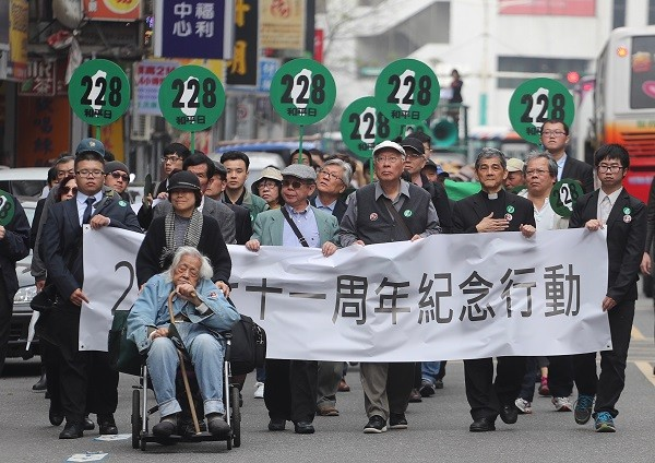 Marchers in 228 event call for transitional justice. At forefront in wheelchair is 99-year-old activist Su Beng.