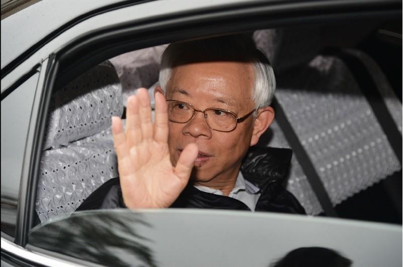 央行總裁彭淮南25日最後一天上班,早上抵達央行時,特別搖下車窗向媒體記者揮手致意。中央社