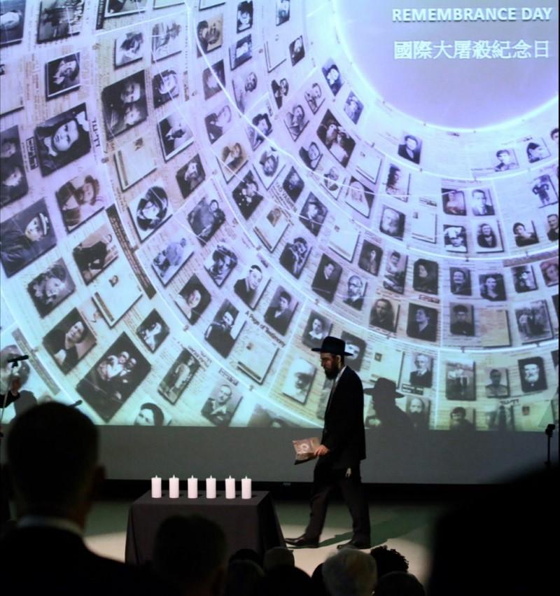 25日在國家圖書館舉辦的「2018國際大屠殺紀念日」活動,以猶太教式祝禱與點燃燭光儀式,悼念大屠殺悲劇。 中央社