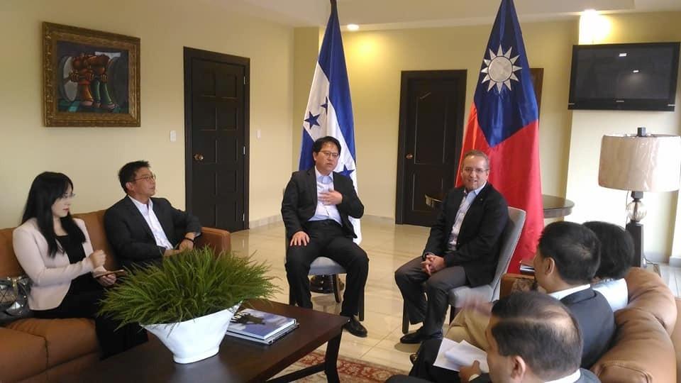 我訪團3立委與阿瓦雷茲(Ricardo Alvarez)副總統(中)就加強兩國合作及關係舉行晤談。(圖片提供:駐宏都拉斯大使館)
