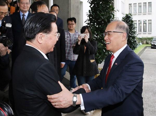 外交部26日上午舉行卸任、新任部長交接典禮,卸任部長李大維(右)與新任部長吳釗燮(左)交接印信完成後,在門口道別。