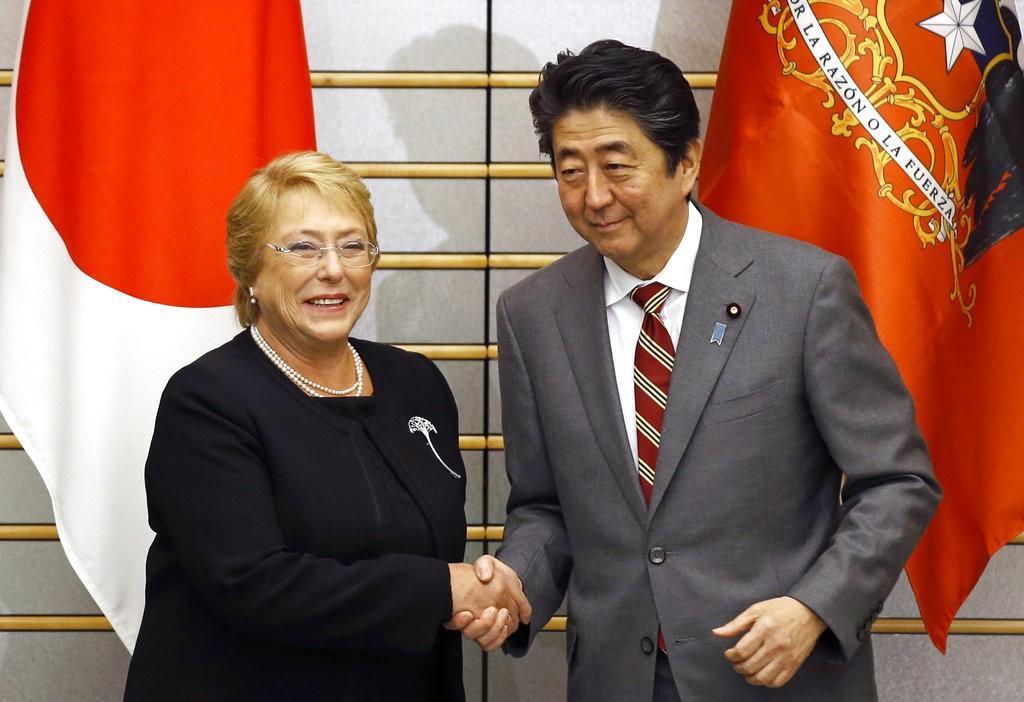 智利總統蜜雪兒·巴舍萊(左)和日本首相安倍晉三(右)(圖片來源:美聯社)
