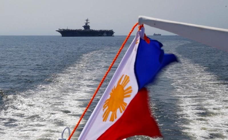 圖為2月17日美國卡爾文森號停靠菲律賓馬尼拉外海時所攝。美聯社