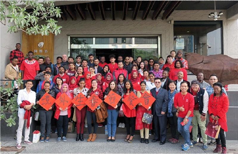 圖為2月12日,來自尼泊爾、印尼等27國,將近90位境外學生,參加屏東科技大學舉辦的「2018年境外生春節聯歡餐會」。翻攝官網