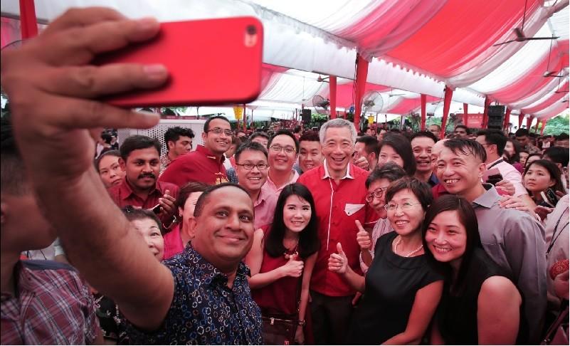 圖為李顯龍(中間白髮者)昨與新加坡民間團體的領袖,一起慶祝春節。翻攝官方臉書