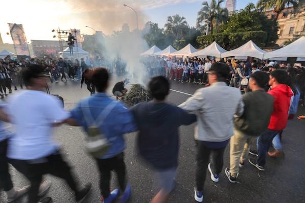 二二八和平紀念日,原住民族團體在凱道升起狼煙,表達各項訴求