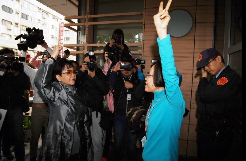 婦聯會前常委潘維剛質疑未收到3月8日會員代表大會開會通知,擔心改選恐跳票,2月26日要求主委雷倩開會,雙方人馬在婦聯會大門外互嗆。中央社