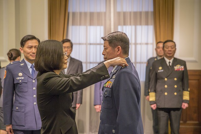 總統蔡英文主持國軍重要高階幹部晉任布達授階典禮,並為空軍司令張哲平配掛上將階級(照片來源:總統府提供)