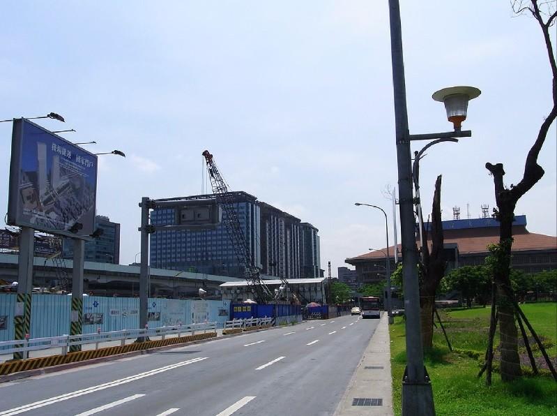 圖為施工中的台北雙子星東棟(C1),攝於2009年7月。 (By  Howard61313, 維基百科)