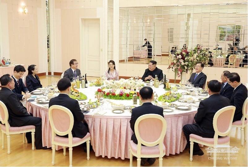 金正恩與南韓特使團共進晚餐時,金正恩夫人李雪主、胞妹金與正,以及祖國和平統一委員長李善權等北韓高階官員均出席。美聯社