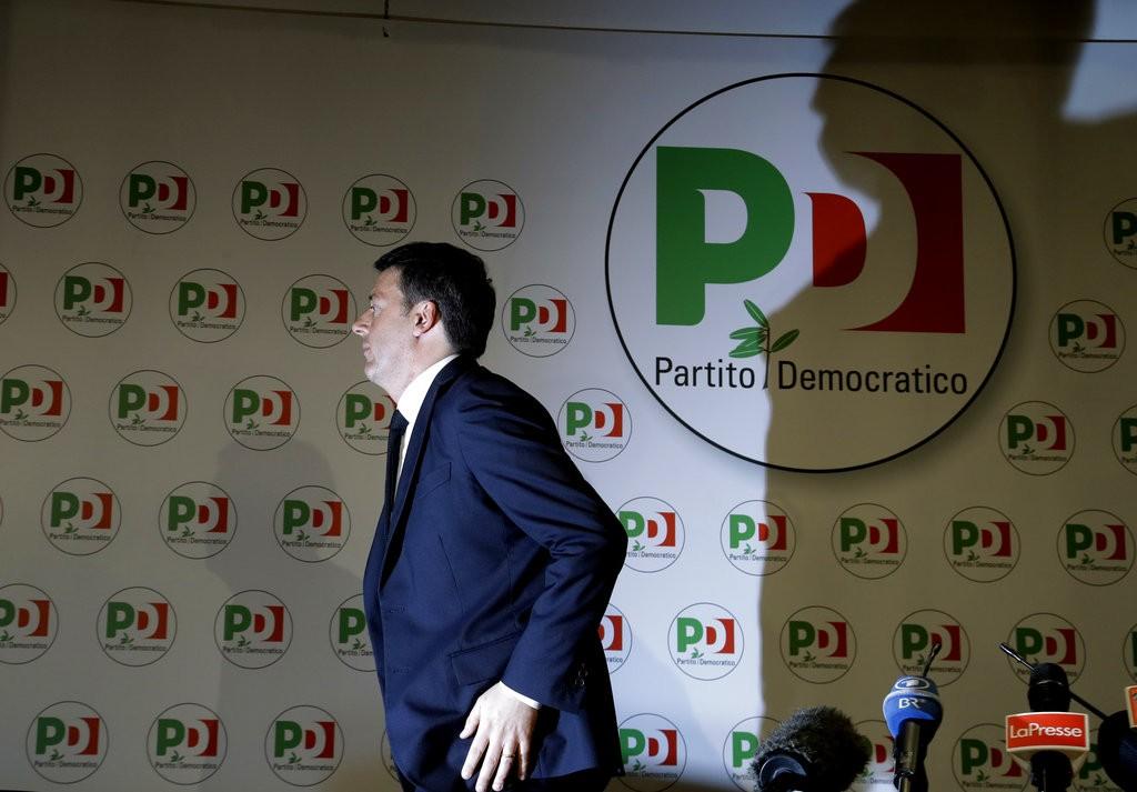 在羅馬召開的記者會記者會結束,民主黨黨魁馬泰奧·倫齊起身離開(圖片來源:美聯社)